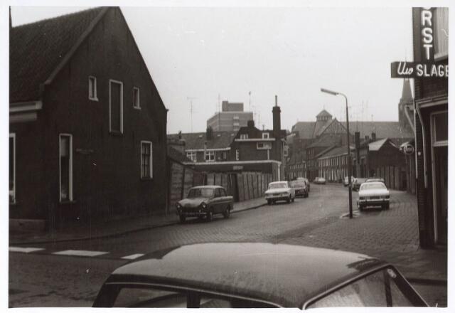 023596 - Kardinaal van Rossumstraat gezien vanuit de Molenstraat. Rechts op de achtergrond de parochiekerk aan de Hoefstraat