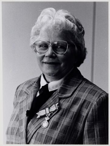 104306 - Koninklijke onderscheiding voor Betsie Gageldonk.
