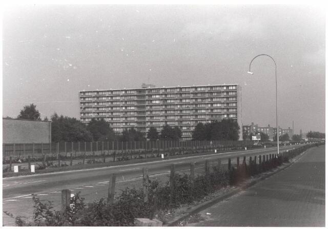 """030462 - Ringbaan-Zuid. Op de achtergrond de """"Heinekenflat"""" aan de Generaal Smutslaan. Links is nog een stukje te zien van de fabriek van Van Puijenbroek."""