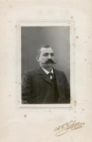 602024 - Jozef Maria  Christiaan van Eijck, geboren te Tilburg op 17 april 1871 als zoon van Wilhelmus van Eijck en Johanna Maria van Herwijnen. Hij huwde op 13 november 1895 te Tilburg met Joanna Josefa van Pelt. Josef was aannemer en handelaarvan beroep. Hij woonde aan de Paleisstraat en overleed op 11 juni 1941 te Tilburg.