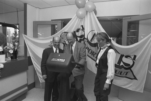 TLB023002716_001 - Sport. Opening van Sportinstituut Ooms, met Peter Ooms bij man op een hometrainer. December 1989.