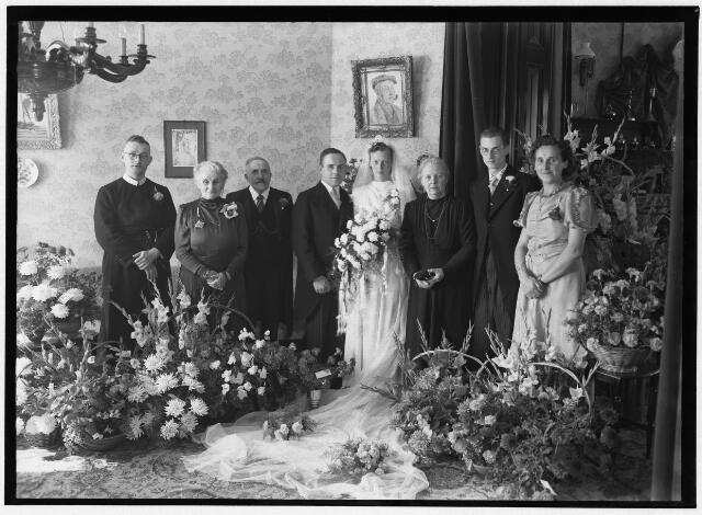 050885 - Huwelijk echtpaar Mulders- de Goeij. Willy Adolf Marie Cornelia Mulder was secretaris in de periode 1947-1974. Hij was geboren in Den Bosch op 4 juni 1913. Toen hij solliciteerde naar de functie was hij recent benoemd als secretaris van de gemeente Helvoirt. Hij was getrouwd met Ria de Goeij, dochter van de oud-burgemeester van Udenhout.