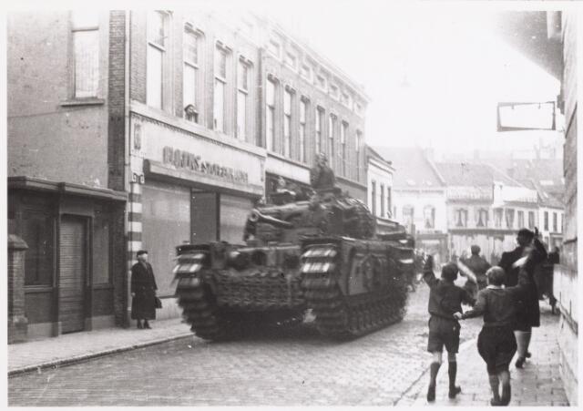 013347 - WO2 ; WOII ; Tweede Wereldoorlog. Bevrijding. Een geallieerde tank dendert door de Zomerstraat, op weg naar de Markt