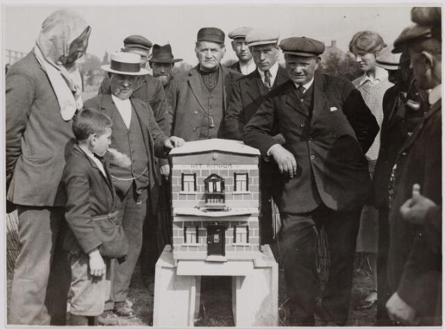 040706 - Eerste Tilburgse Bijenmarkt geopend op het Gem. Sportpark. sept 1928.  foto: 'Het Bijenhuis'. Links met strohoed dhr. Jeurink vervaardiger van het bijenhuis.