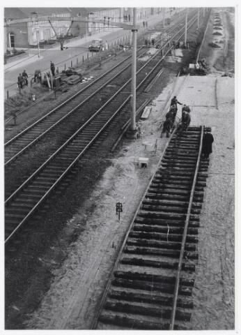 """036901 - Nederlandse Spoorwegen, NS, Belslijntje.: De aanleg van het """"Bels-lijntje"""" in 1958 ter hoogte van de Alleenhouderstraat. De foto is gemaakt vanaf de oprit Ringbaan-West richting station. Een gedeelte van de oversteek c.q. aansluiting """"Bels-Lijntje"""" is gereed. (zie ook 36900)"""