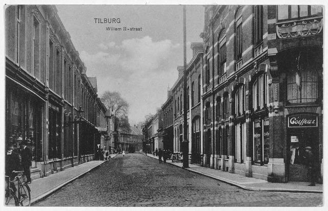003033 - Willem II-straat, rechts de kapperszaak van de gebroeders Hamburg op de hoek van de Heuvelstraat, links magazijn 'de Duif'.