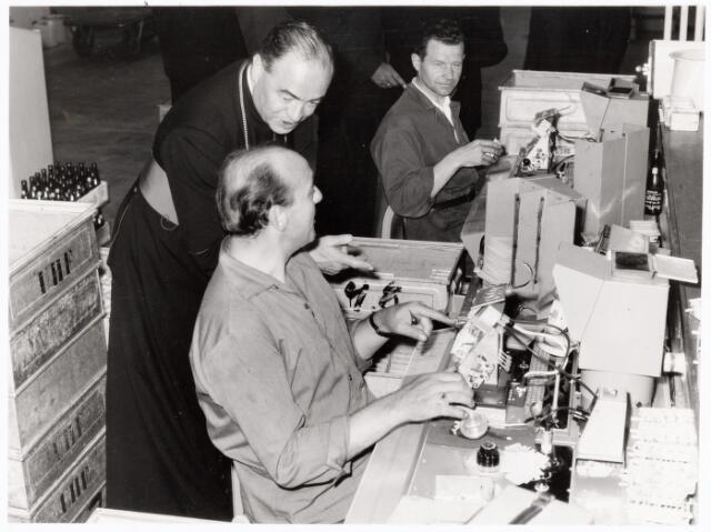 038651 - Volt.Zuid. Bezoek van Mgr.Bekkers aan Volt op 28 augustus 1964. De Bisschop van 's-Hertogenbosch heeft ook belangstelling voor de mens in de productie-afdeling, hier in de fabricage-afdeling Tuners of kanalenkiezers.