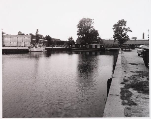 028548 - bedrijfspanden aan de Piushaven genomen in de zomer van 1981