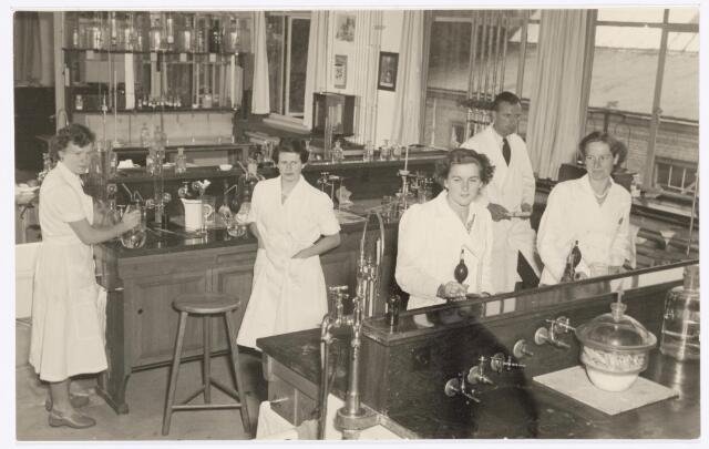 038949 - Volt. Zuid. Chemische Afdeling. Chemisch Laboratorium. Een overzichtsfoto uit 1948. Het laboratorium was op de 1e etage van de gereedschap-makerij aan de noordzijde van gebouw M. Voltstraat heette toen Nieuwe Goirleseweg.