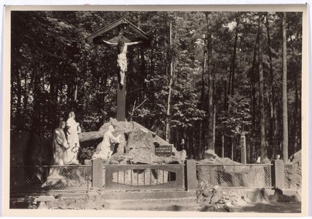 016287 - Beeldengroep aan de Bredaseweg vlak bij het dierenpark anno 1952. Op de plaat staat te lezen: Sla een blik op mij, ga in vree voorbij