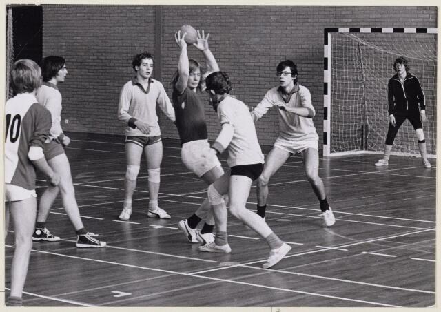101442 - Sport. Zaalhandbaltoernooi. Wedstrijd tussen de teams van de mgr. Frenckencollege en de rijksscholengemeenschap Breda.