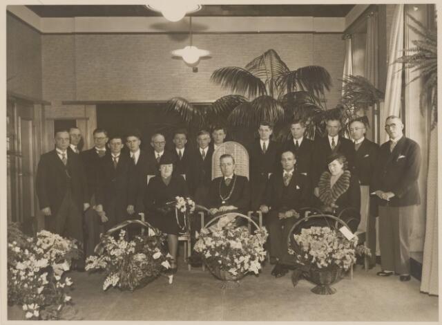 085238 - Dongen.Inhuldiging burgemeester dr. J.C.M. Sweens (1900-1972). Rondom hem de gehele gemeenteraad.