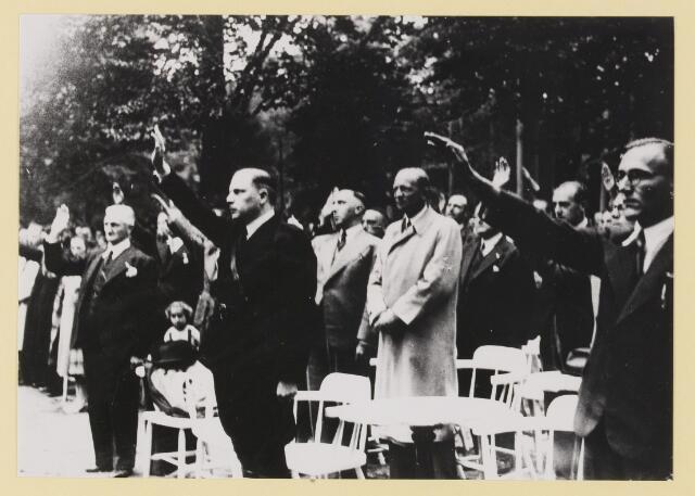 077302 - Arnold Meijer, leider van Zwart Front (1934-1941). 1941, verjaardag van de leider(geboren 1905- overleden1965). In de tuin van Groot Speyck.