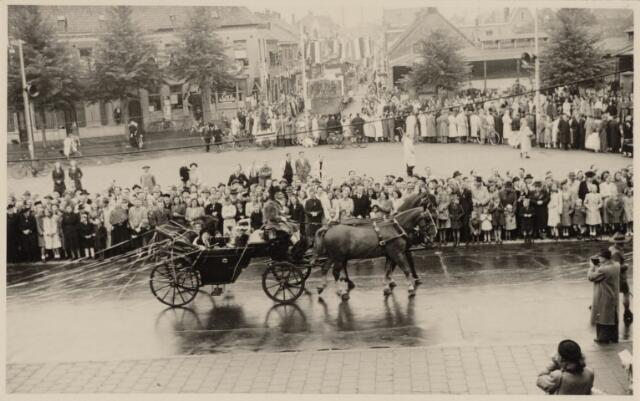 049029 - Festiviteiten te Tilburg b.g.v. het 50-jarig regeringsjubilé van Koningin Wilhelmina op 6 september 1948. Aankomst van koning Willem II bij de 'Vier Winden' aan de Bredaseweg ter hoogte van het oud Belgisch lijntje.  Verslag over deze festiviteiten met optocht staat in het Nieuwsblad van dinsdag 7 september 1948. een koets in  de stoet over het Willemsplein en de Koningsstraat.