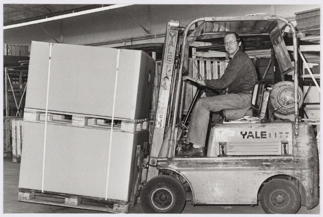 050177 - Volt. Logistiek. Magazijn. Vervoer. Noord? Zuid?  Chauffeur Peter de Beer op de heftruck in 1977. Waarschijnlijk in een van de O hallen te Zuid.