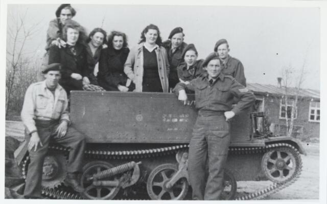 055631 - WO2 ; WOII ; Hilvarenbeek, bevrijding. Bij Westerwijk bevond zich tijdens de Tweede Wereldoorlog het kamp ´de Bunthorst´ van de Nederlands Arbeidsdienst (NAD). Op de achtergrond is een van de Barakken te zien. Na de oorlog werd het kamp gebruikt door Nederlands soldaten die hier bezocht worden door de meisjes van het Katholiek Thuisfront uit Hilvarenbeek. Op de tank v.l.n.r: Anny Wolfs, Maria Naaijkens, Lucy Zigerhorn en Narda Naaijkens.