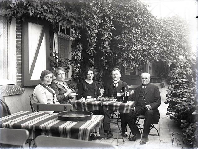 651566 - Groepsfoto. Mensen op een terras met  o.a. bier/pils. De Bont. 1914-1945.