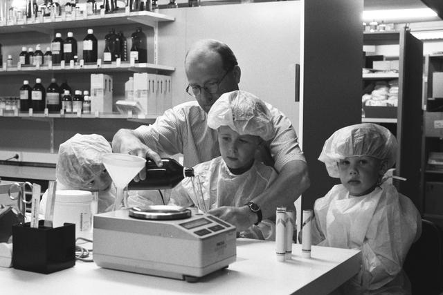 """1237_010_759_004 - Kinderen kijken mee mee de apotheker van de Stadhuis Apotheek in 1997. Project in het kader van """"Jong Geleerd!""""."""
