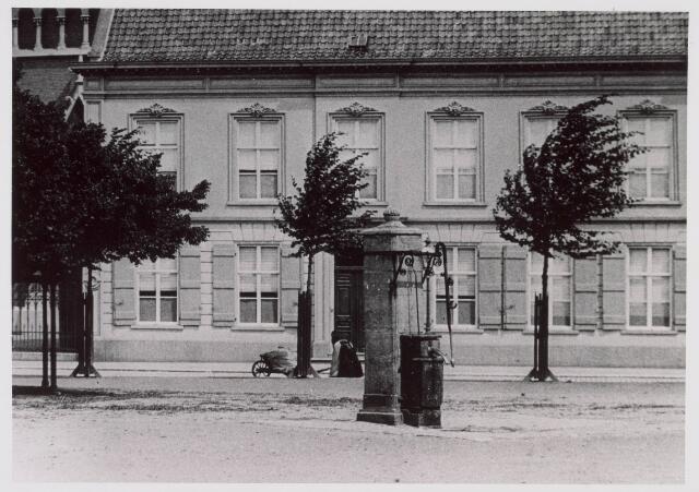 021368 - Waterpomp op de Heuvel omstreeks 1890. Links de lindeboom en op de achtergrond de pastorie