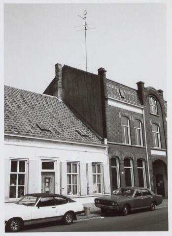 019486 - Links het woonhuis van de familie Vos - Ooms en rechts het kantoorpand van de firma Simon de Cock aan de Goirkestraat