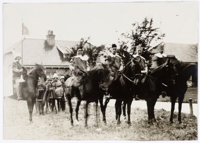 048897 - Optocht ter gelegenheid van de kroningsfeesten bij het 25-jarig jubileum van koningin Wilhelmina (1923-1924) deelnemers verzamelen zich op de Kromhout kazerne te Tilburg.