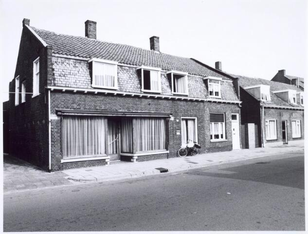 020425 - Voormalig winkelpand aan de Hasseltstraat medio 1976