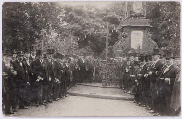 044616 - Kranslegging bij het monument ter gedachtenis aan koning Willem II aan de Markt nabij het voormalige paleis van de koning (later paleis-raadhuis) ter gelegenheid van het 25-jarig regeringsjubileum van koningin Wilhelmina.