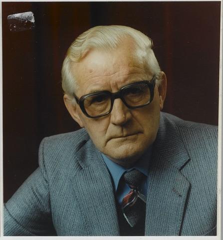 """072220 - Wim van Boxtel geboren te Goirle op 9.1.1916 overleden te Tilburg op 29 april 1996. Hij trouwde met Lena Laureijsen en hertrouwde Francisca van Iersel. Als """"Vabo"""" schreef hij honderden gedichtjes in het Goirlese dialect, die gepubliceerd werden in het Goirles Belang, waarvan hij oprichter en mederedacteur was. Zijn jeugdherinneringen schreef hij op in het boek Vergaone Glorie en samen met Ad Houtepen publiceerde hij het boekje Goirle in grootmoeders tijd. Van beroep was Wim van Boxtel kruidenier."""