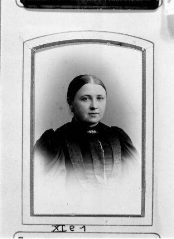 048477 - Adriana Elisabeth Mulders geboren te Tilburg op 17 augustus 1866 en aldaar overleden op 19 mei 1947. Zij trouwde Petrus Johannes van Riel.