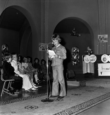 1237_006_251-3_001 - Eerste heilige communie in de Margarita Maria Alacoquekerk. Viering door kapelaan Mennen in mei 1974.   Religie. Kerk. Parochie Ringbaan West.