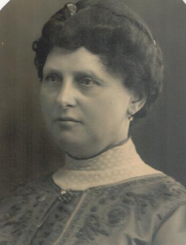 652689 - Mommers, Tilburg. Maria Hendrika Schoenmakers werd geboren in Tilburg op 30 maart 1859 en overleed in Tilburg op 11 juli 1925. Maria Hendrika is de dochter van Franciscus Schoenmakers die geboren werd op 16 september 1821 en overleed op 17 mei 1889 en Johanna Maria Verbunt, geboren in Tilburg op 26 februari 1862 en overleden in Tilburg op 3 juni 1918. Wilhelmus Schoenmakers werd geboren op 15 april 1787 en overleed op 28 maart 1869, de grootvader van Maria Hendrika, was de oprichter van de Wollenstoffenfabriek W. Schoenmakers en Zoon. Haar vader, Franciscus, volgde zijn vader in de fabriek op. Op 1 januari 1926 is Franciscus afgetreden. Maria trouwt in Tilburg op 5 november 1890 met Alphonsus Henricus Mommers die geboren werd in Tilburg op 31 mei 1864 en overleed in Tilburg op 20 oktober 1938. Hij was medevennoot en later directeur van Wollenstoffenfabriek H Mommers en Zonen.