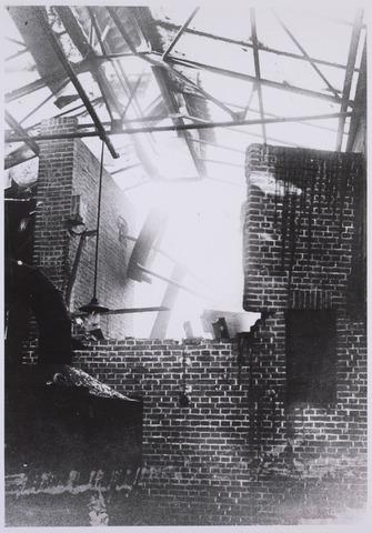 023066 - Textiel. Brand bij kunstwolfabriek J. A. Berghegge & Zn. in de St. Josephdwarsstraat begin februari 1933. Aan de linkermuur hangt een aandrijfwiel voor de machines