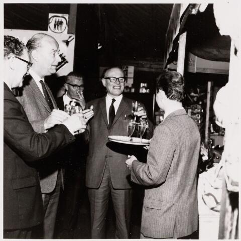 100097 - Middenstandsmarkt.Tweede van links burgemeester Elkhuizen deelt volop in de vreugde rond de opening.