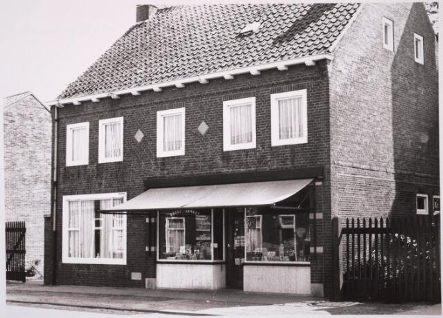 030800 - De Schans. Voorheen Rugdijk. Rechts bakkerswinkel.