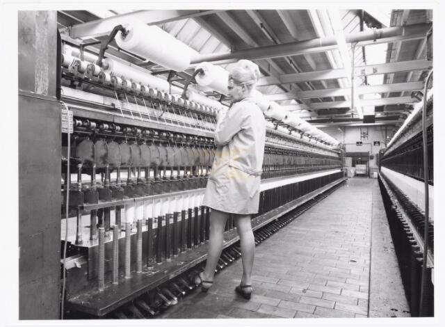 038068 - Textielindustrie. Interieur van een Tilburgse  kamgarenspinnerij. Links ringspinmachines.