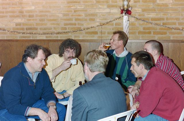 1237_001_018_032 - Een feestelijke receptie bij de Diensten Centrale aan de Havendijk in december 1998. Medewerker Toon van Bueren gaat met de VUT en is benoemd tot ere-lid.