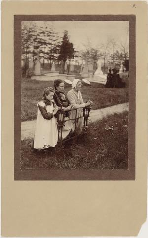 700004 - Drie biddende vrouwen op het kerkhof aan de Bredaseweg tijdens Allerzielen, door fotograaf Henri Berssenbrugge (1873-1959) . De vrouw met de witte muts is Ida van Oorschot, geboren 25 mei 1844 en overleden 24 april 1917. Ze was gehuwd op 16 januari 1873 met Jan Baptist Meijers en was moeder van zes zoons.