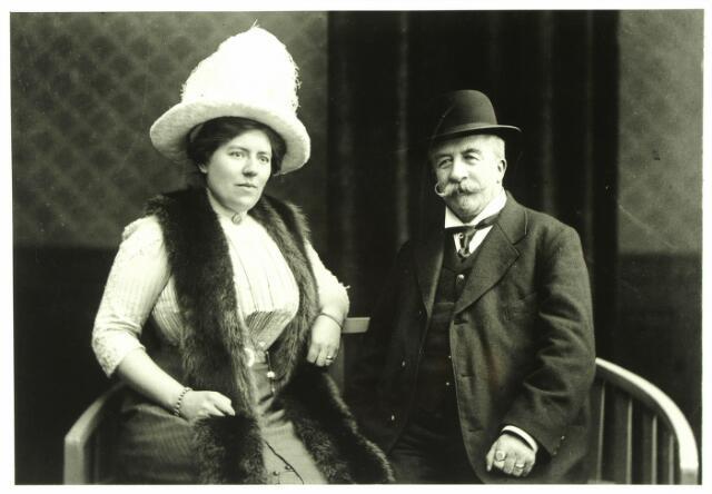 """054677 - Emilius M.J.W.E. Huijsmans (Hilvarenbeek 1850-1920) was een kleinzoon van de Beekse maire Martinus Huijsmans. Hij werkte als kandidaat notaris bij notaris Frencken en werd na diens overlijden notaris te Hilvarenbeek. Hij was ook commandant van de rustende schutterij. Met leningen van de Tilburgsche Hypotheekbank kocht hij rond 1900 honderden hectaren woeste grond van de gemeente. Als eigenaar van het landgoed Tulder noemde hij zich """"heer van Aalst en Thulden"""". Links zijn vrouw Marie Louise Henriëtte Sletering afkomstig uit Rheden en overleden te Arnhem in 1949."""