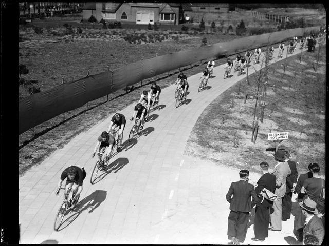 105042 - Sport. Wielrennen. Wielerwedstrijd voor profs op het circuit van De Warande. Op de achtergrond het woonhuis van Wijnand Janssen, aan de kant van de Bredaseweg.