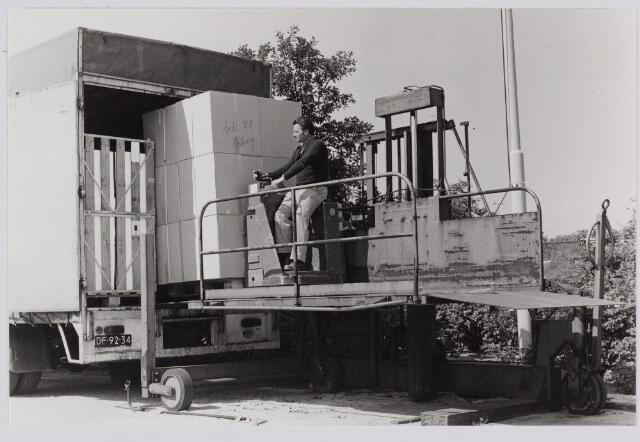 050113 - Volt. Expeditie. Magazijn. Vervoer. Logistiek.  Een losbrug in gebruik op complex Noord in 1978 met daarop Jan van de  Hoven.