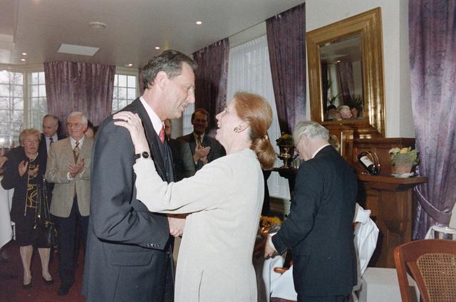 1237_001_046-2_026 - Zorg. Pensioen. Felicitaties tijdens een receptie van de Stichting Pensioenfonds van Fysiotherapeuten in maart 1998.