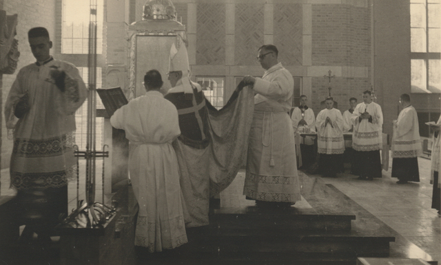 653317 - Parochie Gasthuisring. De kerkwijding van de O.L.Vrouw van Altijddurende Bijstand kerk door bisschop Mgr. W. Mutsaerts.