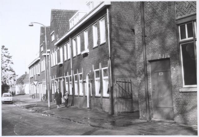 024576 - Oostzijde van het Korvelplein, met rechts een gedeelte van wollenstoffenfabriek Van Dooren & Dams.  Op de achtergrond links de Diepenstraat