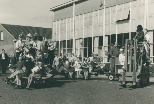 651504 - VOLT, Tilburg. Zuid. 23-09-1966. 75 Jaar Philips. In navolging van Philips Eindhoven brak na het aanbieden van het personeelsgeschenk, wat in elke vestiging te horen was, een spontaan feest uit. Hier aan de Groenstraat zijde van het komplex Volt zuid. Rechts Hal Z.