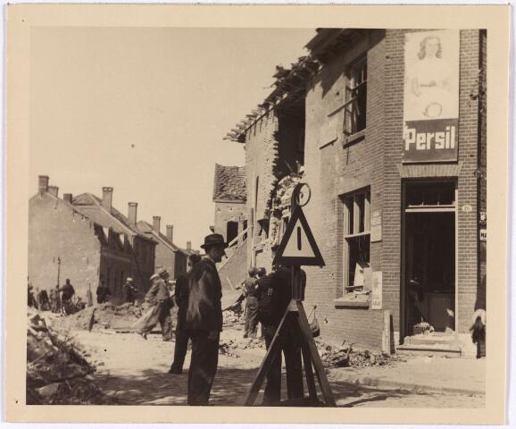 013554 - WOII; WO2; Tweede Wereldoorlog. Bombardement. Bominslag in enkele huizen in de St. Josephstraat, hoek Hoogvensestraat op 31 juli 1942