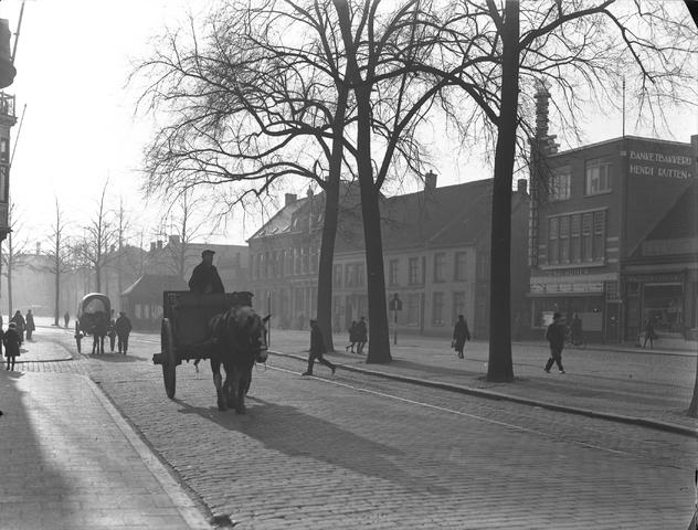 652121-bew - Kar met paard, voerman, voetgangers, trambaan. Op de achtergrond een kiosk.  rechts op de foto het pand van Banketbakkerij Henri Rutten.