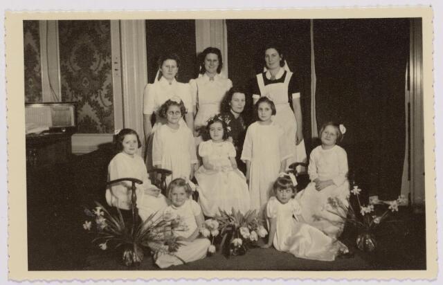041942 - Religie. Eerste Heilige Communie van Stientje (Christientje) met andere kinderen de  van Johannahof, later De Schalmen in de kapel van het Cenakel