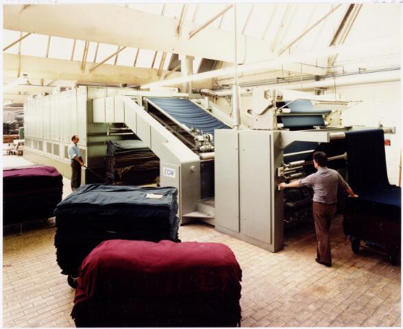 037976 - Textielindustrie. Spanraamdroogmachine in de appretuur van wollenstoffenfabriek C. Mommers & Co.