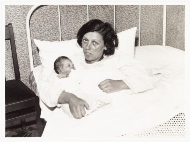 006956 - Op 1 maart 1941 werd aan de Van Speijkstraat 15 Maria Gertruda Antonia van Gool geboren. Ze werd bij de Burgelijke Stand als de honderdduizendste inwoner van Tilburg ingeschreven. de trotse ouders waren Antonius van Gool en Maria Antonia Cornelia Janssen.