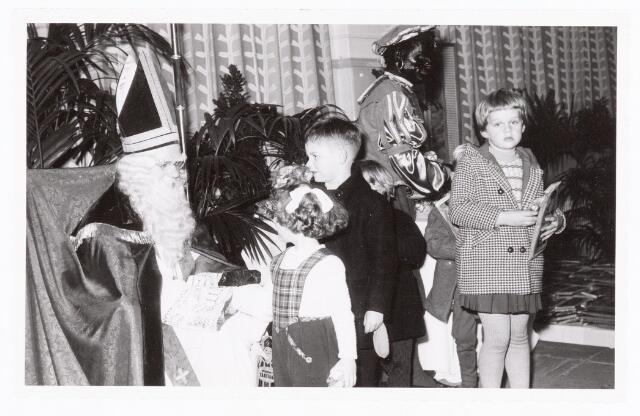 038867 - Volt. Zuid. Sport en ontspanning. Viering Sint Nicolaas voor de kinderen van het personeel in 1959. Sinterklaas. St. Nicolaas.
